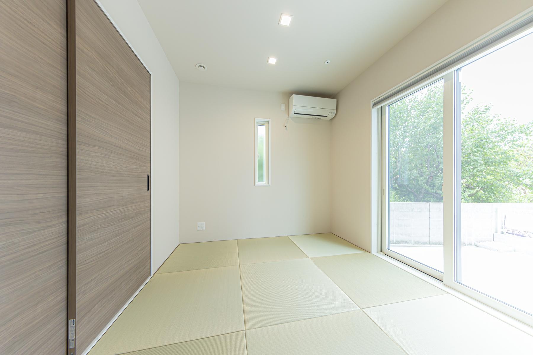 白を基調とした自然光が入る明るい吹き抜けのある家